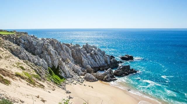 Az Atlanti-óceán déli részén található. Földrajzilag Afrikához sorolható sziget.