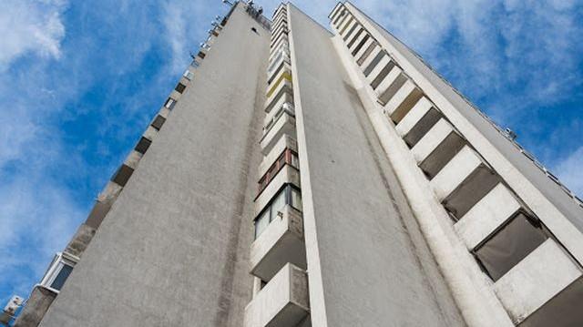 Egy 20 emeletes házban csak lifttel lehet közlekedni. A földszinten 9-en laknak, minden emeleten eggyel többen, mint az alatta lévőn. Egy év alatt melyik szinten áll meg leggyakrabban a lift?
