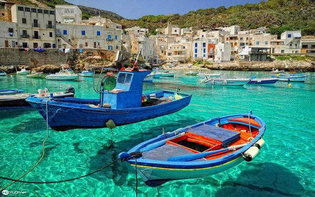 Az alábbiak közül melyik a Földközi-tenger legnagyobb szigete?