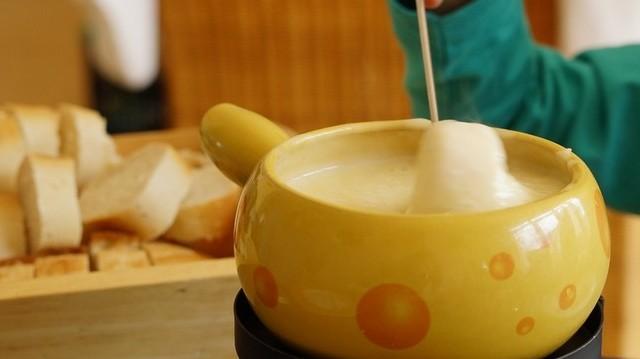 Melyik ország tradícionális étele a fondue?