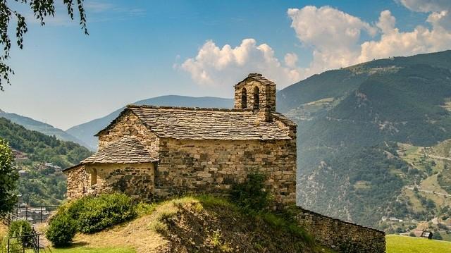Mely két ország között helyezkedik el Andorra?