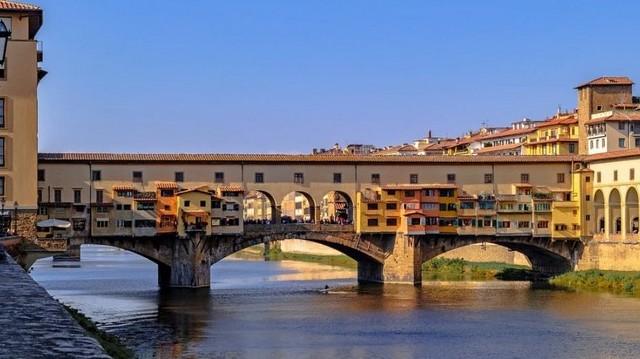 Már a 14. században átívelt az Arno folyó felett. Hol találhat az Öreg Híd, a Ponte Vecchio.