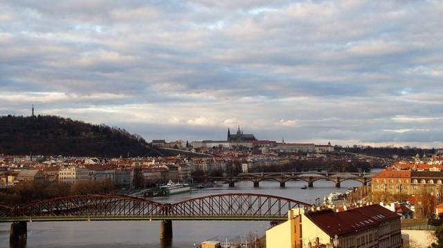 Melyik fővároson folyik keresztül a Moldva folyó?