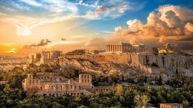 Mit ajándékozott a monda szerint Athéné a késöbbi görög fővárosnak, amiért őt választották névadó védőszentjének?