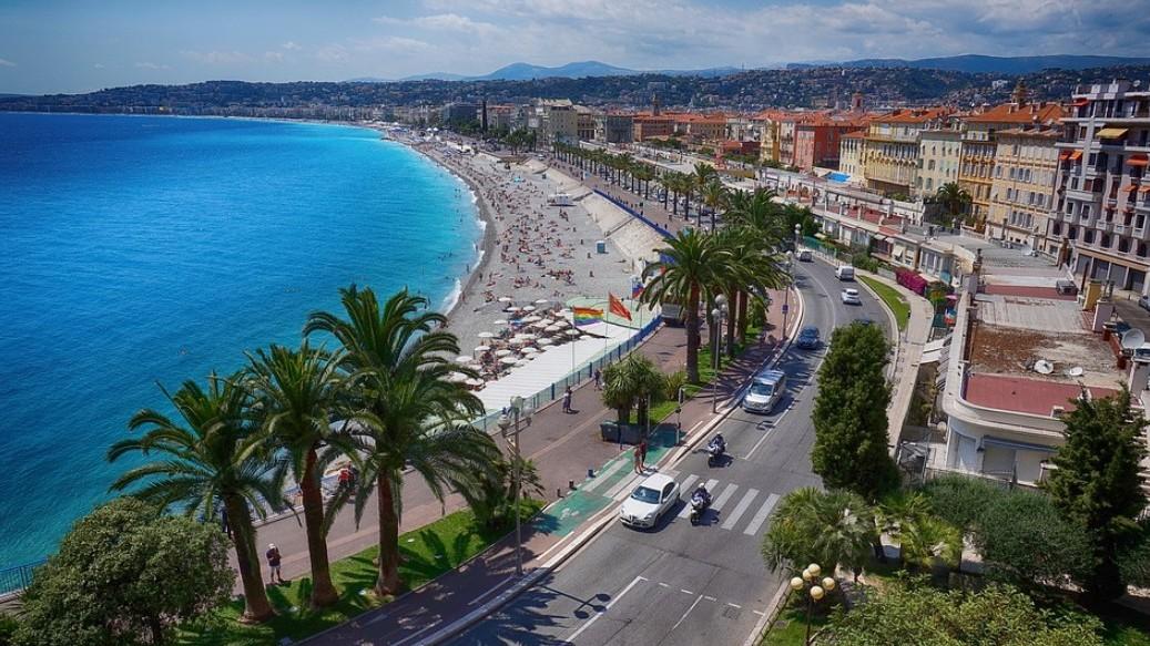Promenade des Anglais, vagyis az Angyal-öböl, mely város parti sétánya?
