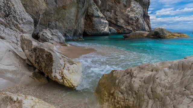 Olaszország és Szardínia szigete között található.