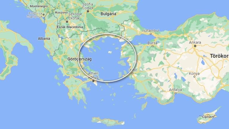 A görög-félsziget és Törökország között található.