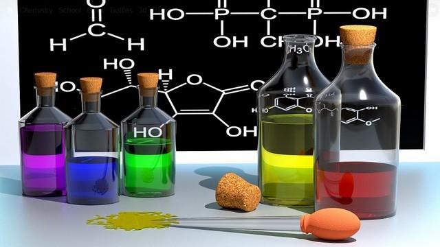 Ahidrogén-kloridszíntelen, szúrós szagú mérgező gáz, képlete HCl. Mi a vizes oldatának a hétköznapi neve?