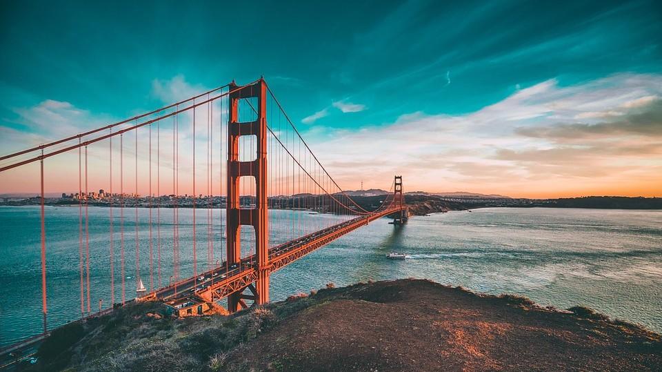 Hol található a 2,7 km hosszú, ikonikus Golden Gate híd?